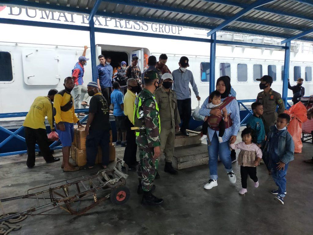 Babinsa Bersama Aparat Gabungan Tingkatkan Prokes di Pelabuhan Tanjung Harapan