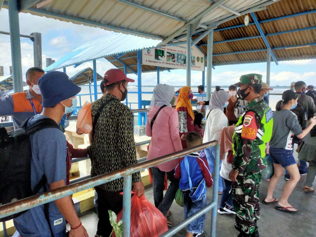 Babinsa Laksanakan Pengawasan dan Pendisiplinan Prokes di Pelabuhan Tanjung Harapan