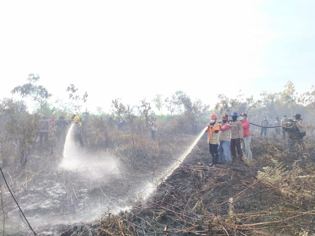 Kapolda Riau Ikut Padamkan Api Karhutla di Tasik Putripuyu