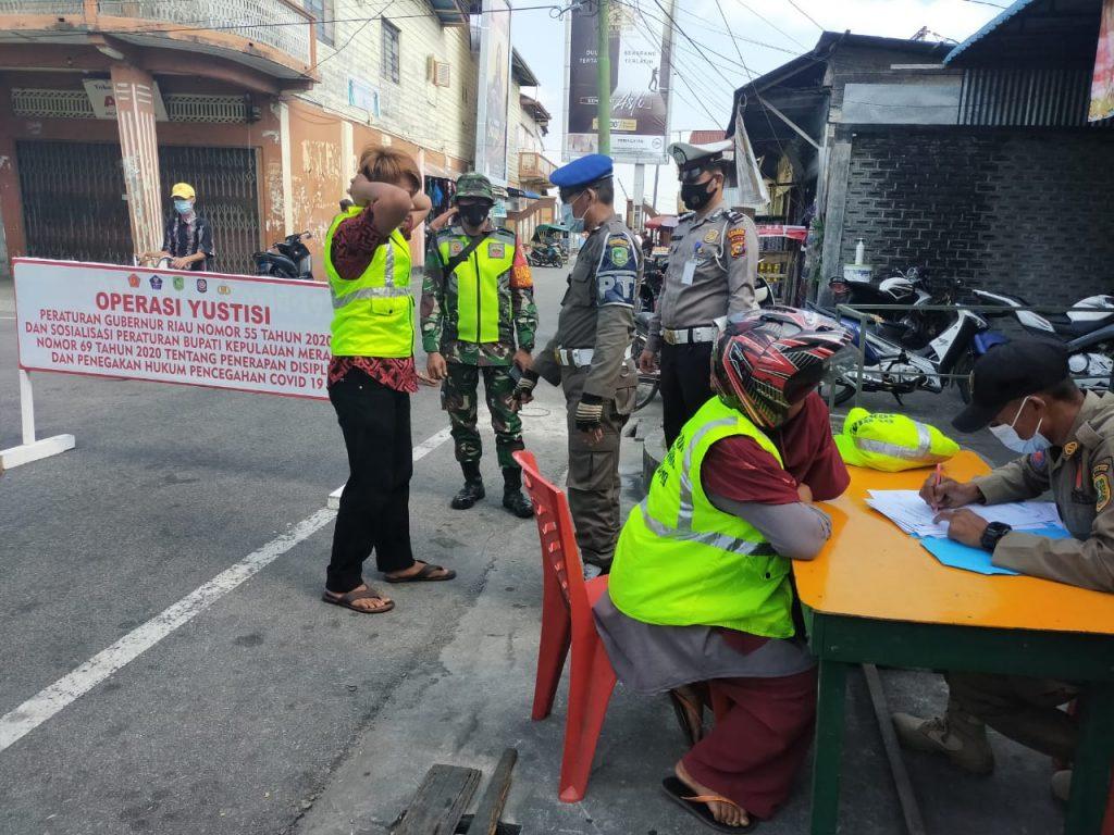 Dengan Adanya Peraturan Gubernur Riau Nomor 22 Tahun 2020, Babinsa Laksanakan Gabungan Operasi Yustisi