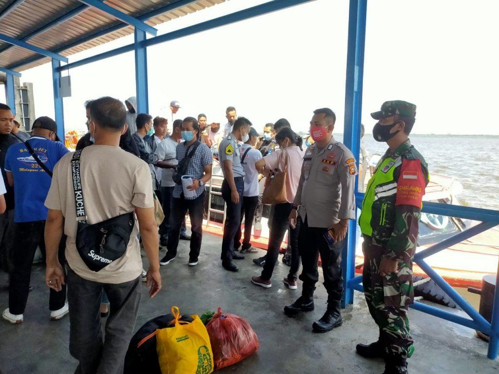 Babinsa Koramil 02/Tebing Tinggi Laksanakan Pendisiplinan dan Sosialisasi di Pelabuhan