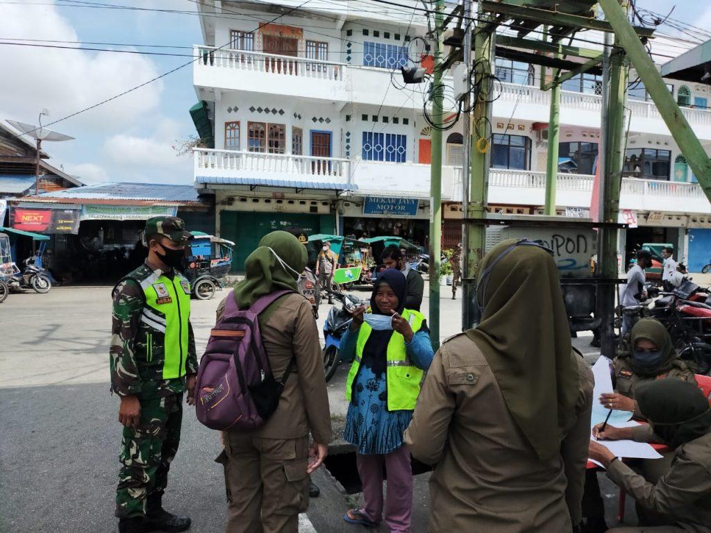 Penerapan Prokes, Babinsa Laksanakan Gabungan Operasi Yustisi di Selatpanjang Barat