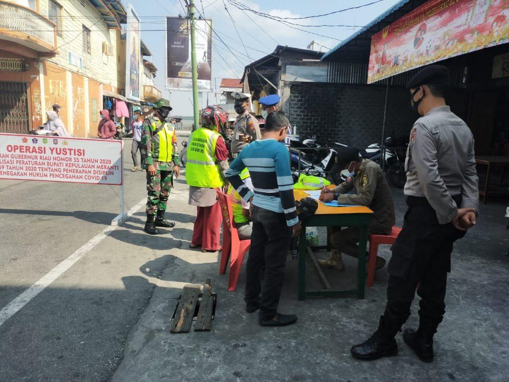 Penanganan Covid-19 di Meranti, Babinsa Laksanakan Gabungan Operasi Yustisi