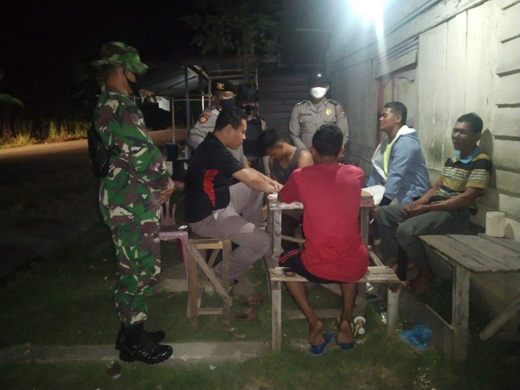 Cegah Covid-19, Babinsa Laksanakan Patroli Gabungan di Desa Alai dan Desa Mekong