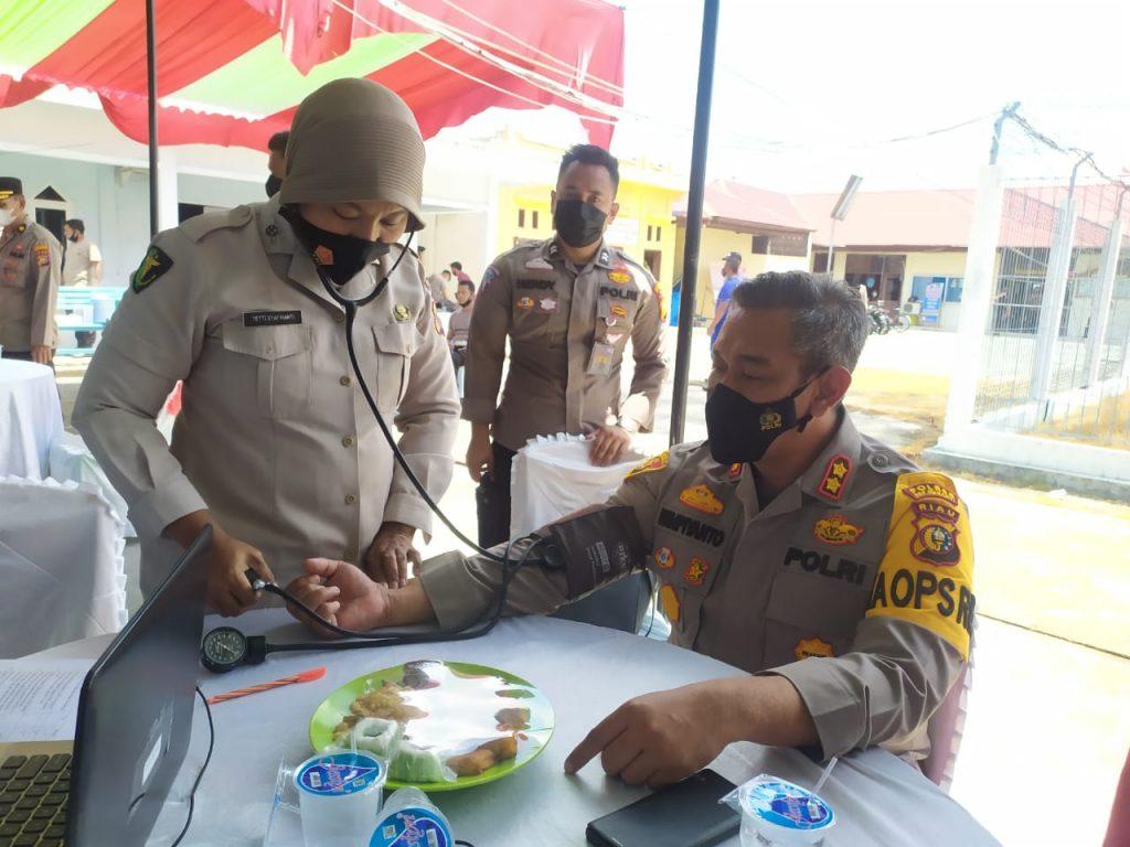 Ratusan Polisi di Meranti Menerima Vaksin Covid-19 Dosis Kedua