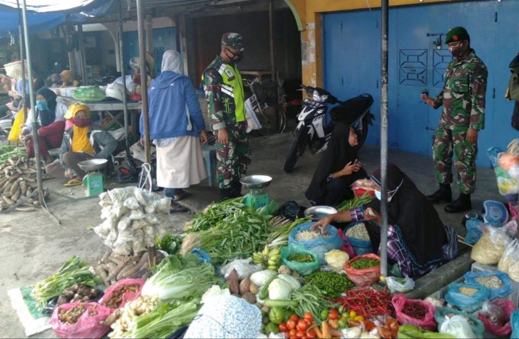 Menyikapi Penyebaran Wabah Covid-19, Babinsa Bersinergi Menegakkan Prokes di Pasar