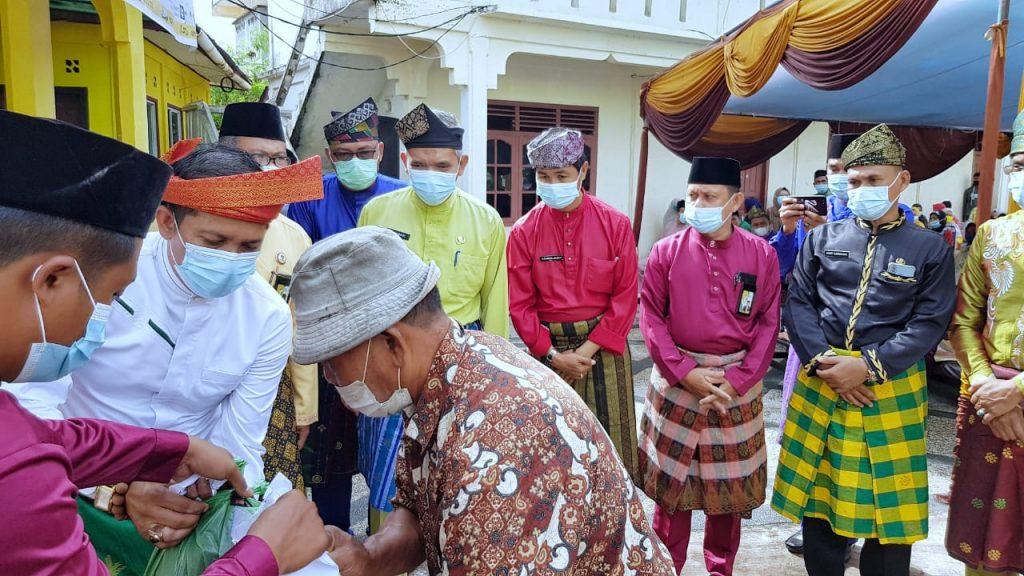 Sambut Ramadhan 1442 H, Bupati H. Adil Serahkan Zakat, Infaq dan Sadaqoh Program Meranti Konsumtif Baznas