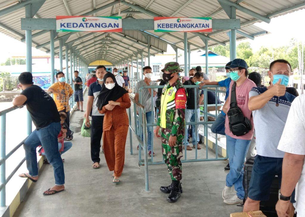 Meminimalisir Penyebaran Covid-19, Babinsa Tingkatkan Pengawasan di Pelabuhan Tanjung Harapan
