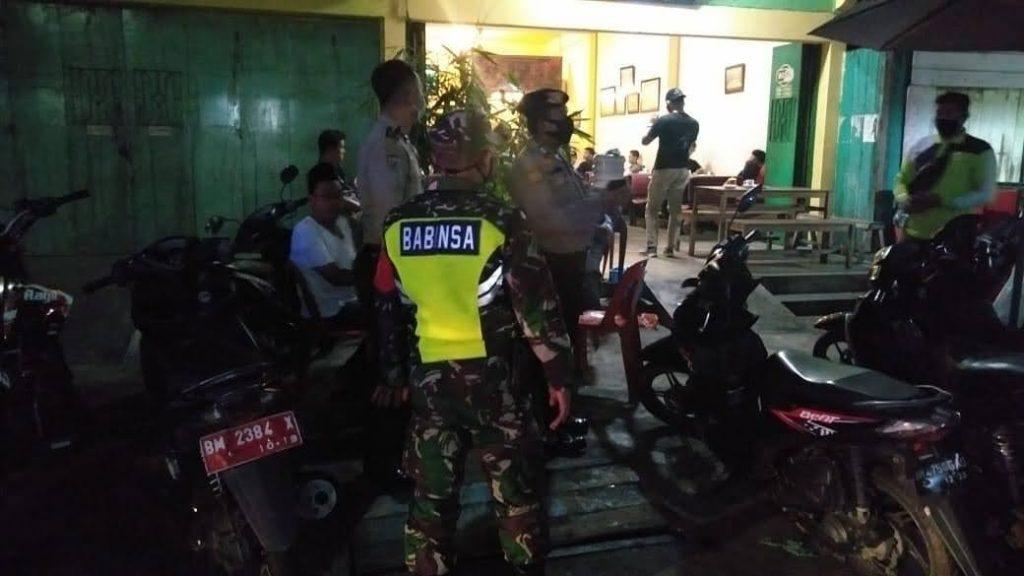 Wujudkan Wilayah Aman Covid-19, Babinsa Laksanakan Gabungan Patroli dan Berikan Himbauan