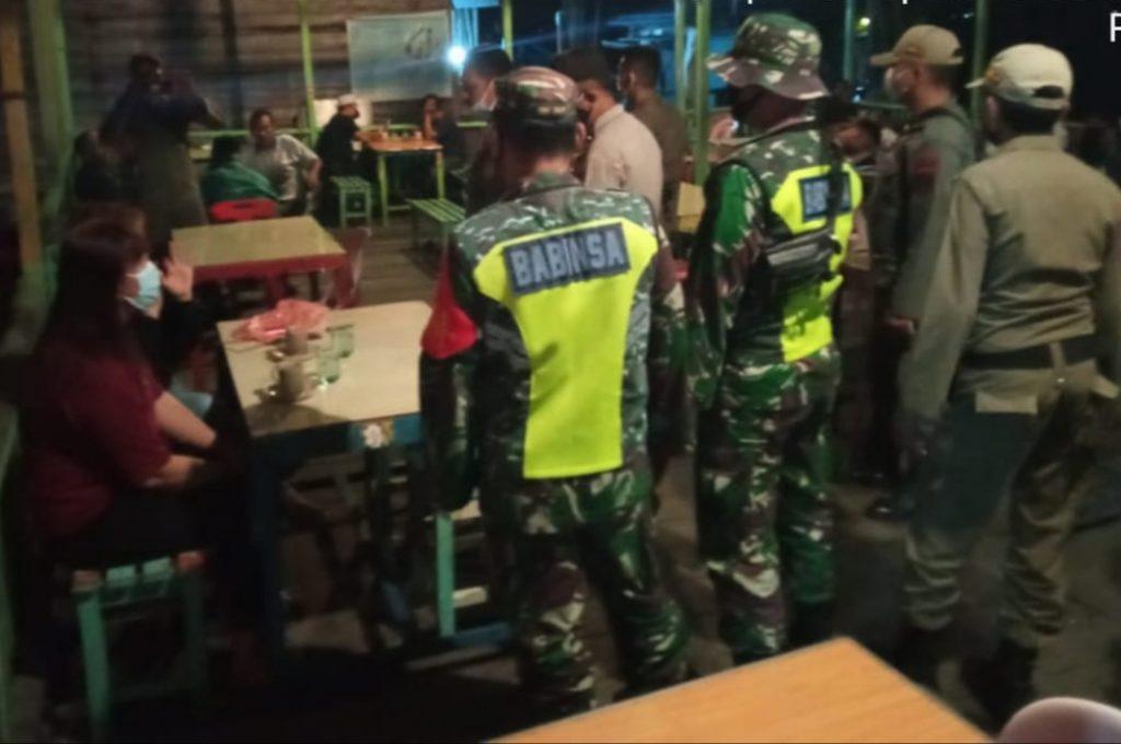 Menekan Penyebaran Covid-19 di Kepulauan Meranti, Babinsa Terus Laksanakan Patroli Gabungan