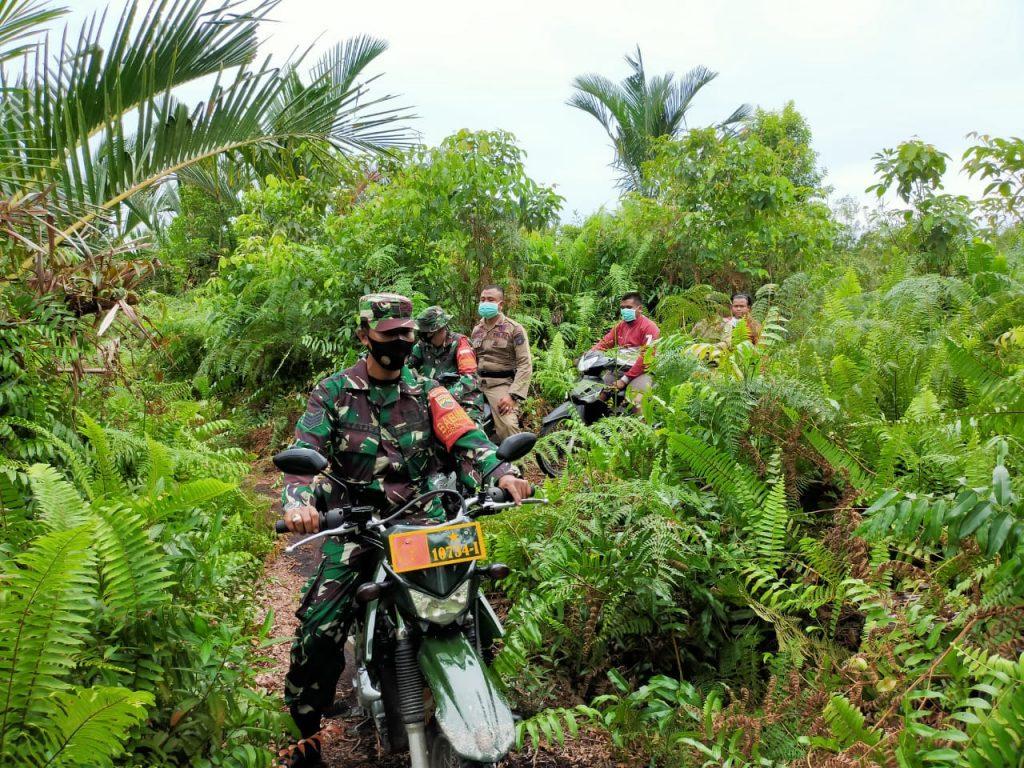 Ditengah Pandemi Covid-19, Babinsa Bersama Satpol-PP dan MPA Terus Laksanakan Patroli Karhutla
