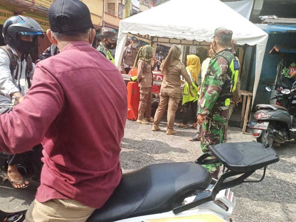 Memberikan Himbauan Kepada Masyarakat Tidak Memakai Masker, Babinsa Laksanakan Gabungan Operasi Yustisi