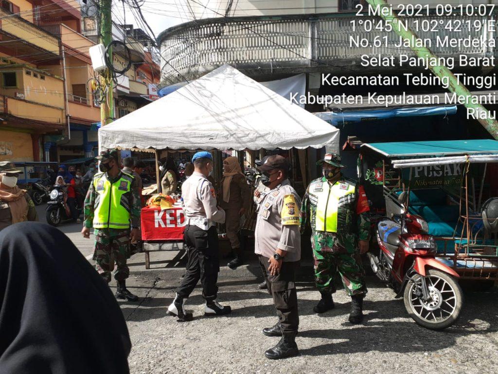 Giat Operasi Yustisi, Babinsa Laksanakan Penerapan Prokes di Jalan Imam Bonjol