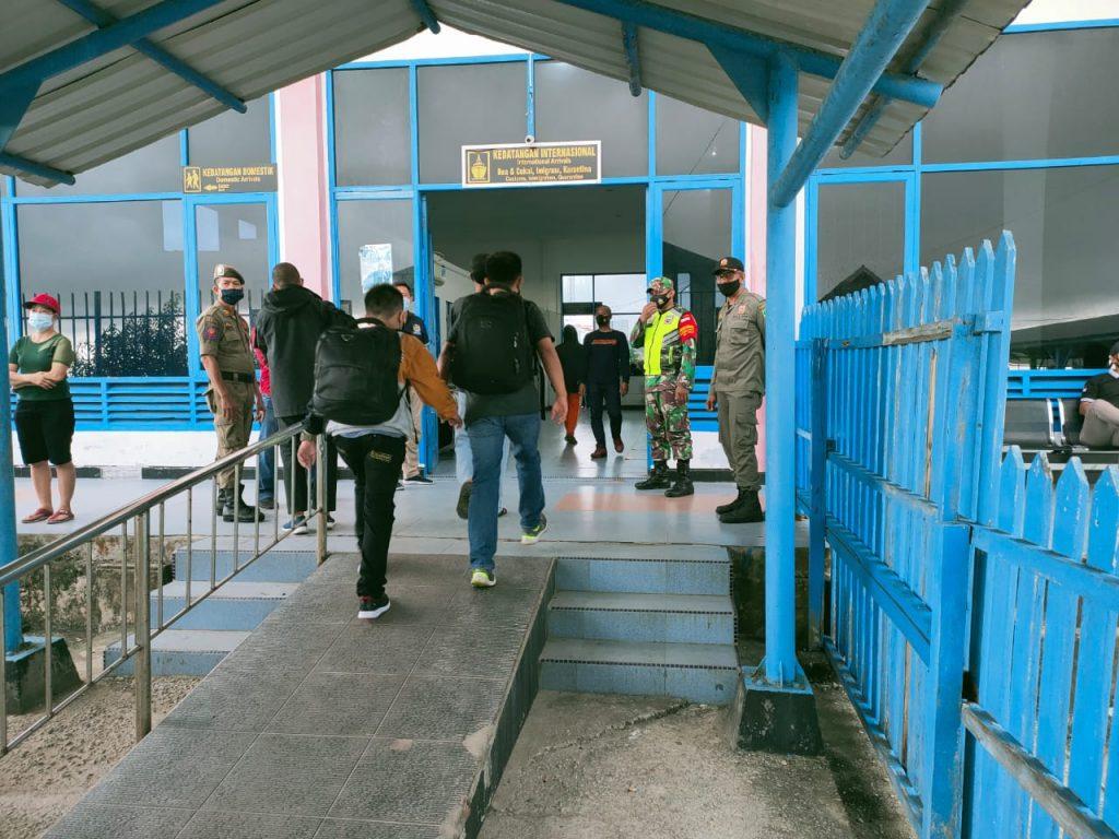 Cegah Penularan Covid-19, Babinsa Laksanakan Pendisiplinan di Pelabuhan Tanjung Harapan