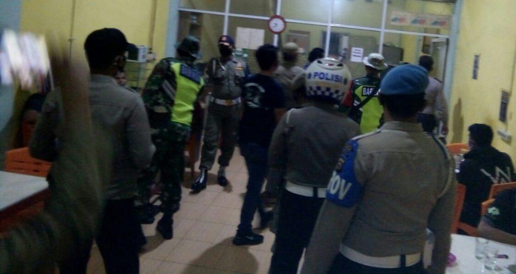 Patroli Gabungan, Babinsa Laksanakan Pendisiplinan dan Prokes Kepada Masyarakat
