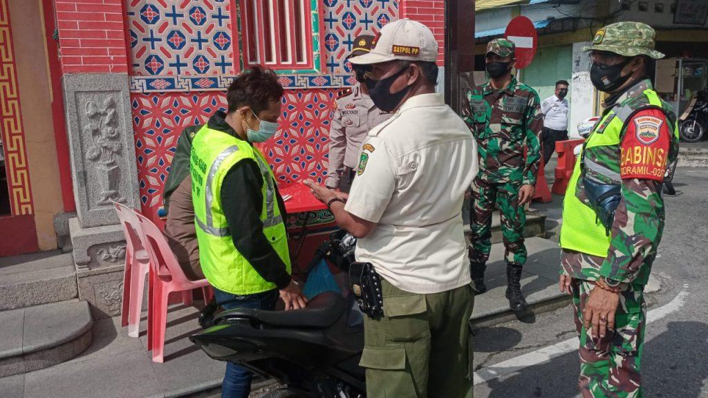 Operasi Yustisi, Babinsa Koramil 02/Tebing Tinggi Bersama Tim Gabungan Berikan Imbauan