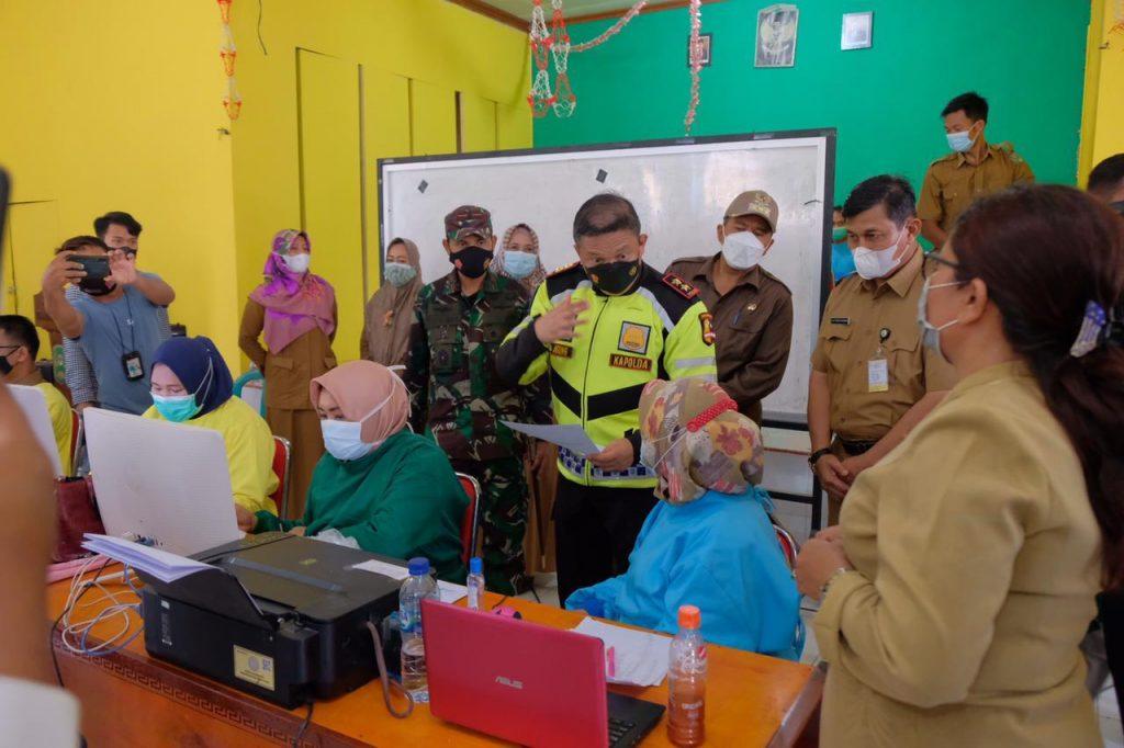 Kapolda Bersama Danrem 031/WB Tinjau Pos PPKM Dan Pelaksanaan Vaksinasi Di Kerinci Kanan Siak
