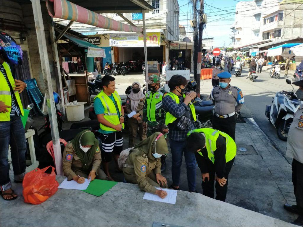 Terapkan 3M, Babinsa Koramil 02/Tebing Tinggi Laksanakan Gabungan Operasi Yustisi
