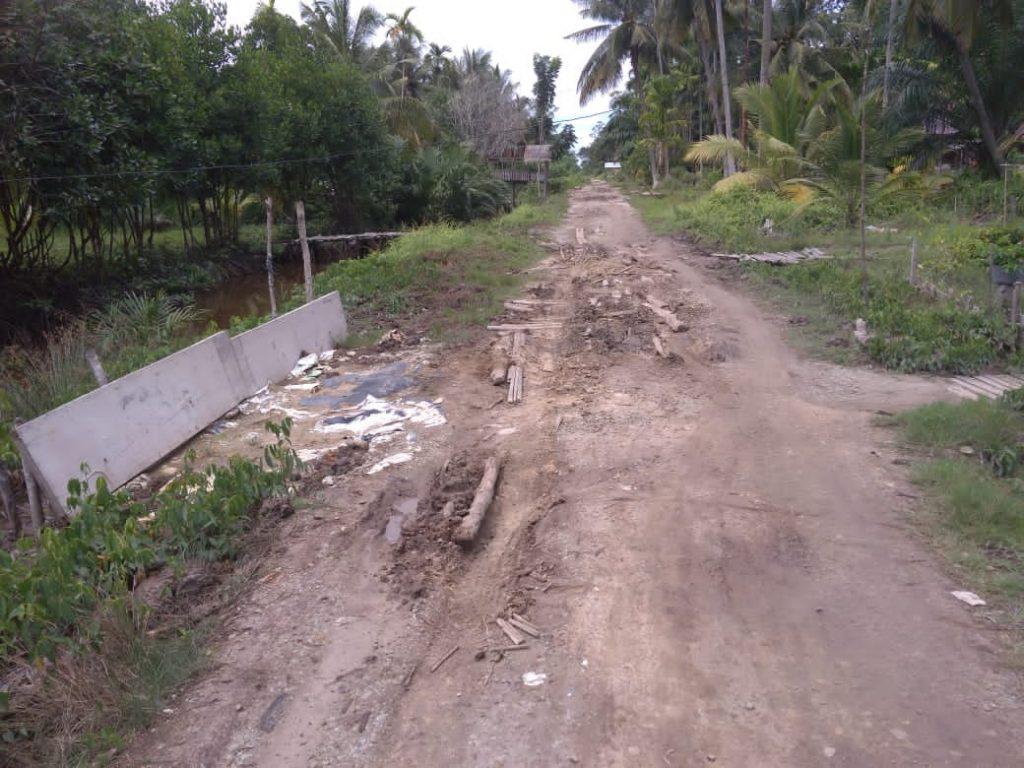 Ruas Jalan di Desa Deluk Masih Butuh Perhatian