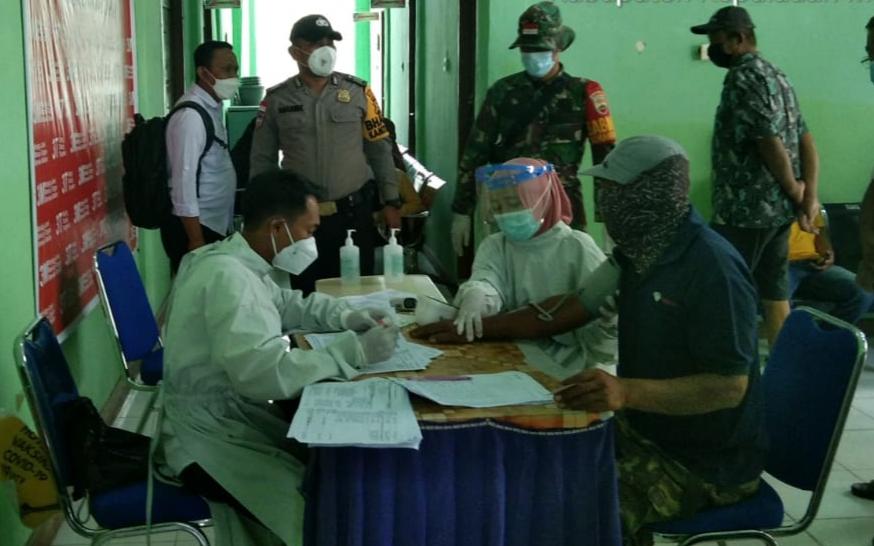 Di Puskesmas Tanjung Samak, Babinsa Laksanakan Pantauan Vaksinasi Kecamatan Rangsang