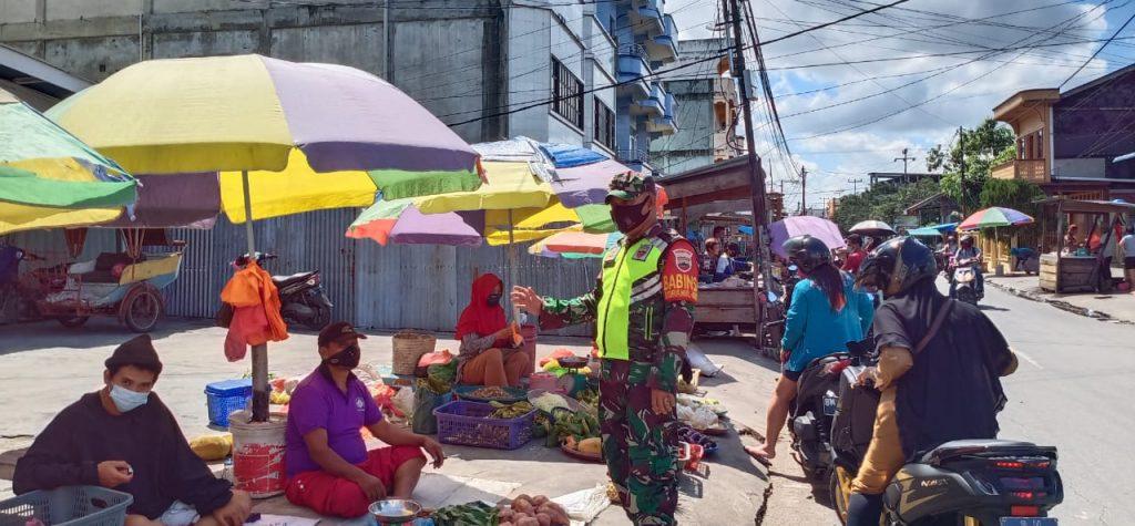 Danramil 02/Tebing Tinggi Laksanakan Pendisiplinan dan Prokes di Pasar Sandang Pangan