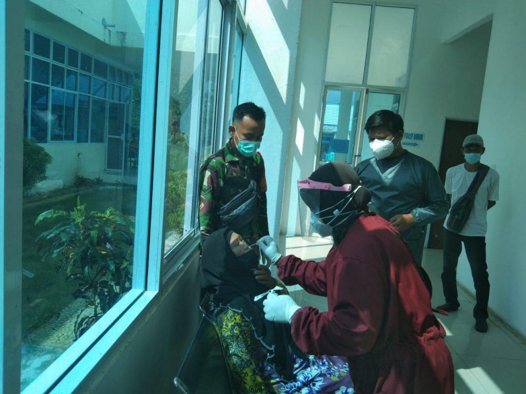 Babinsa Koramil 02/Tebing Tinggi Bersama PPKM Laksanakan Pengawasan SWAB PCR