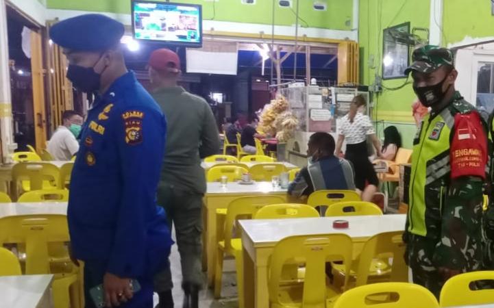 Patroli Malam, Menekan dan Memutus Mata Rantai Covid-19, Babinsa Laksanakan Sosialisasi