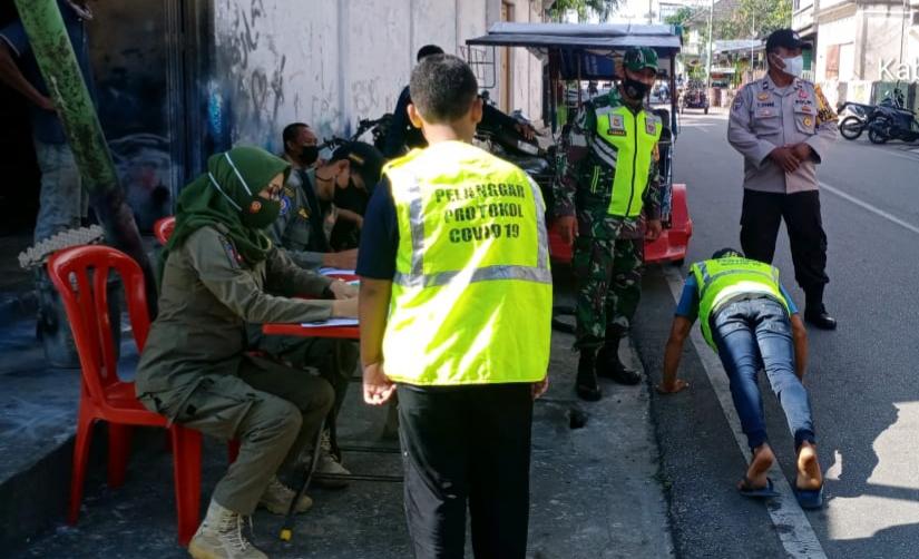 Cegah Covid-19 di Kepulauan Meranti, Babinsa Laksanakan Gabungan Operasi Yustisi