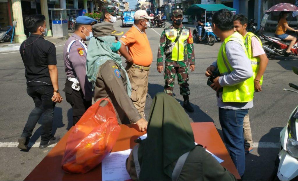 Operasi Yustisi, Babinsa Bersama Tim Gabungan Berikan Himbauan