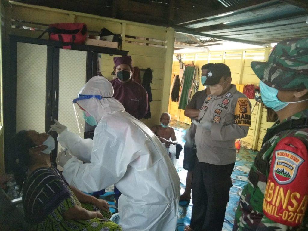 Babinsa Bersama Bhabinkamtibmas Lakukan Pengawasan Tracking di Desa Tanjung Samak