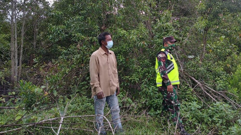 Sosialisasi Kepada Masyarakat, Babinsa Laksanakan Patroli Karhutla di Desa Binaan