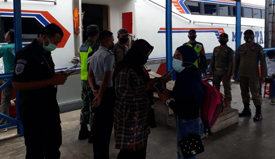 Jaga Penyebaran Covid-19. Babinsa Koramil 02/Tebing Tinggi Laksanakan Pendisiplinan di Pelabuhan