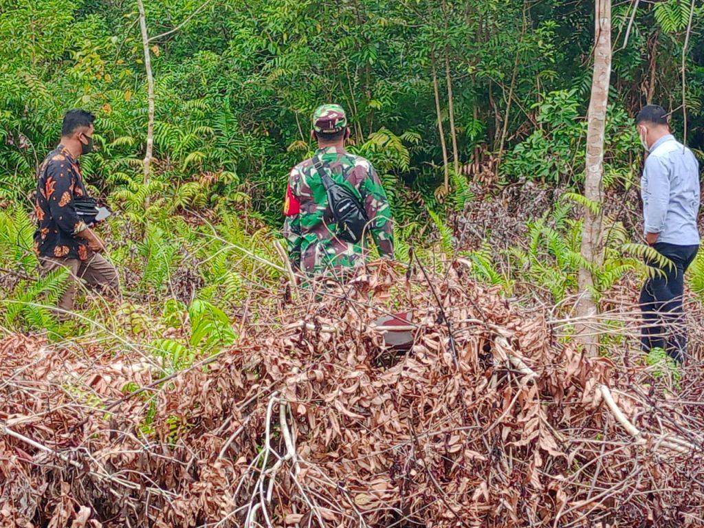 Menjaga Terjadinya Karhutla di Desa Binaan, Babinsa Laksanakan Patroli Rutin