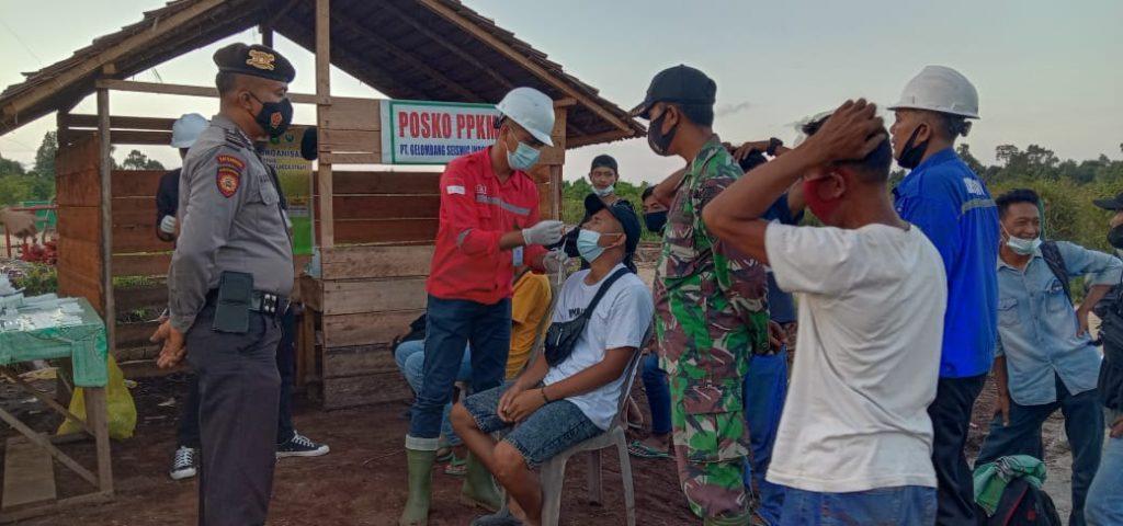 Babinsa Laksanakan Pengamanan Rapit Antigen Bagi Karyawan PT. GSI di Desa Kundur