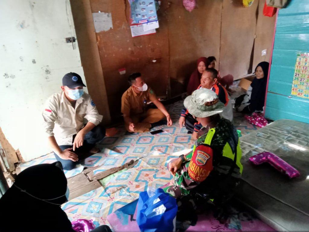 Pandemik Covid-19, Babinsa Laksanakan Giat Bansos Bersama Tim SALIM