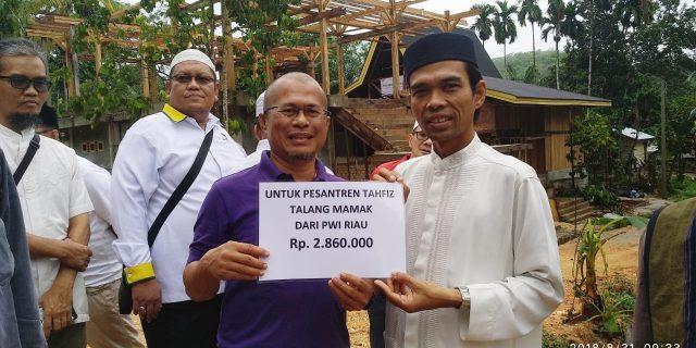 PWI Riau Serahkan Bantuan Untuk Ponpes Tahfiz Talang Mamak