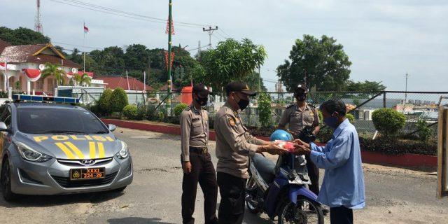 Operasi Aman Nusa II, Polres Tanjungpinang Bagikan Makanan Gratis Kepada Masyarakat