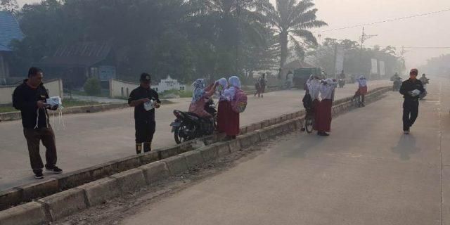 Karhutla di Rupat, BPPD Bengkalis Membagikan 3.000 Masker Gratis ke Masyarakat