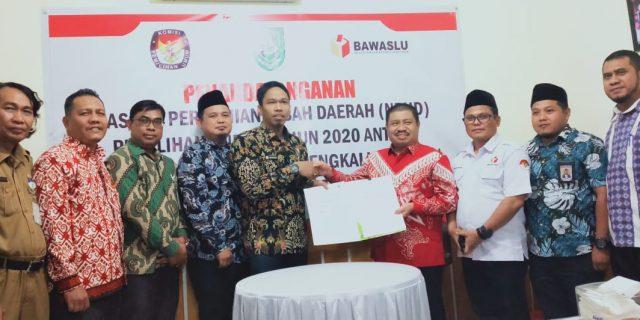Ketua Bawaslu Riau Rusidi Rusdan Hadiri Penandatanganan Dana Hibah Pilkada 2020