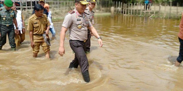 Basah-basahan Tinjau Warga Terkena Banjir, Kapolda Riau : Ini Bukti Negara Hadir Untuk Rakyatnya