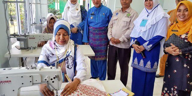 BKMT Meranti Latih Belasan Ibu Menjadi Penjahit Profesional