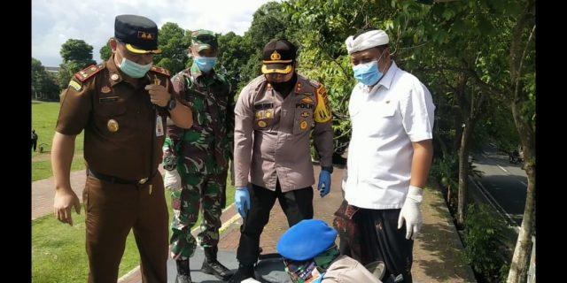 Pemkab Gianyar Bersama Aparat TNI-Polri Spraying Desinfektan Wilayah Kota Gianyar