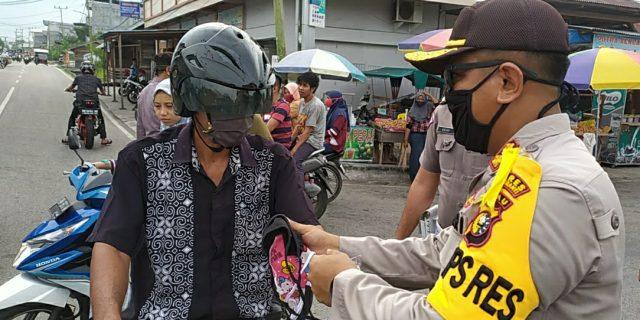 Polres Kepulauan Meranti Bagikan 1.000 Masker kain rancangan Bhayangkari Kepulauan Meranti secara Gratis