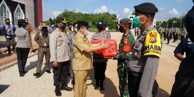 Peduli Dampak Covid-19, Kapolres dan Bupati Kepulauan Meranti Serahkan 400 Paket Sembako