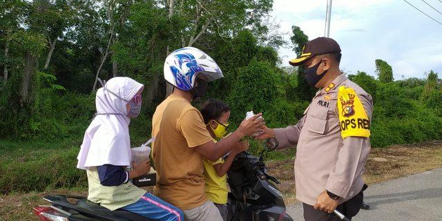 Polres Meranti Bagikan Ratusan Takjil ke Pengendara Motor dan Becak