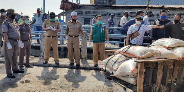 Wabup Meranti Tinjau Pasokan Sembako Bansos Covid-19 di Pelabuhan Camat