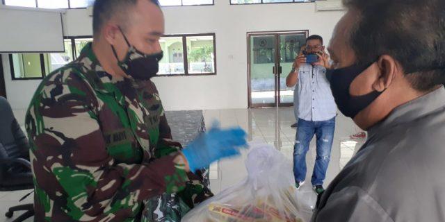 Jumat Barokah, Kodim 0303 Bengkalis bagi sembako pada insan pers di Makodim