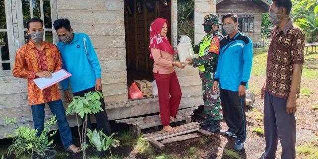 Babinsa Koramil 02 Tebingtinggi Bantu Desa Tanjung Sari Untuk Membagikan Sembako Ke Masyarakat