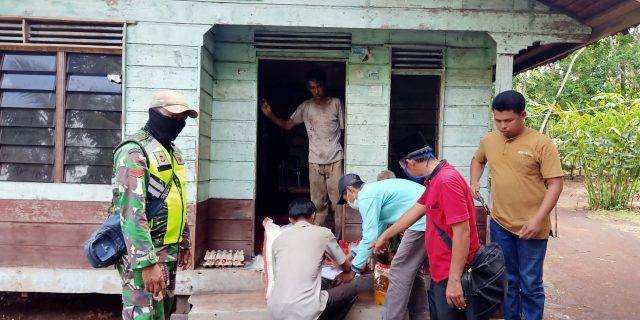 Babinsa Tebingtinggi Ikut Serta Dalam Pembagian Sembako di Desa Lukun