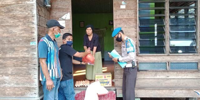 Untuk Warga, Pemcam Rangsang Barat Salurkan Bansos dari Pemkab Kepulauan Meranti